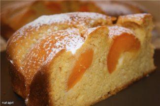 Бисквитный медовый пирог с абрикосами