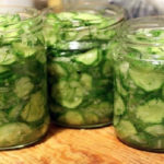 Сырой салат из огурцов на зиму заинтересует тех, кто любит похрустеть свежими овощами