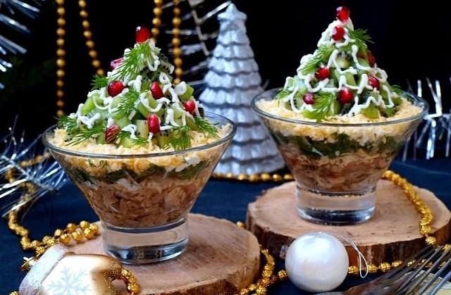 """Предлагаю вам вкусный освежающий салат с киви """"Изумрудная россыпь"""". Этот салат я готовлю уже не один год и его очень любит моё семейство."""