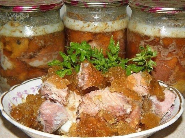 Вкусная и нежная домашняя тушенка - шедевр, который легко и просто превращается в горячий ужин.