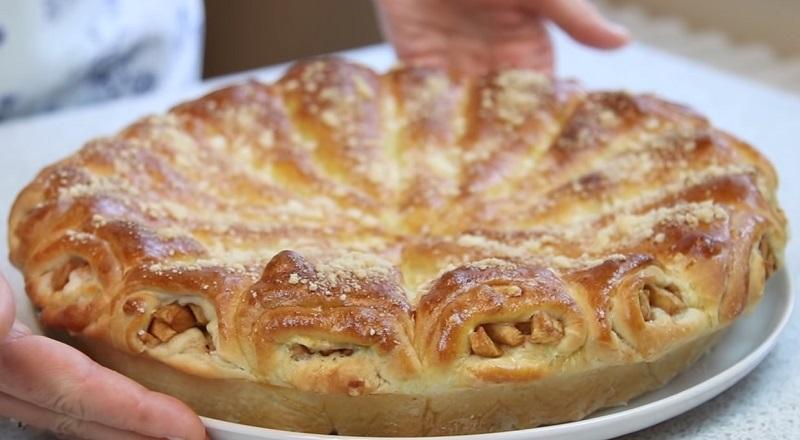 Сколько можно печь одну и ту же шарлотку? «Яблочные рожки»: необычный пирог, который тает во рту. Для самой нежной начинки тушим яблоки с молотой корицей.