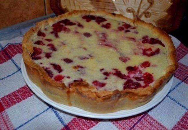 Цветаевский пирог с малиной получился просто нечто! Объеденье!Несмотря на то, что ингредиенты очень и очень простые, пирог очень «нарядный» и очень очень вкусный.