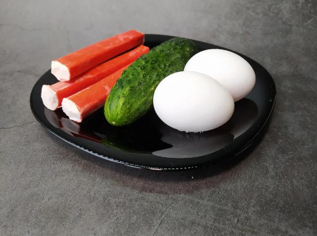 Огурец, два яйца, три крабовые палочки и вкусная, оригинальная закуска готова 1