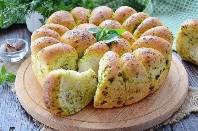 hleb-pshenichnyiy-s-zelenyu-i-chesnokom