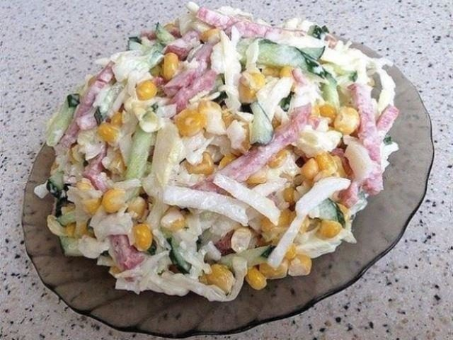 izumitelnyj-salat-s-kapustoj-ogurczami-i-kopchennoj-kolbasoj-oczenyat-vse-1