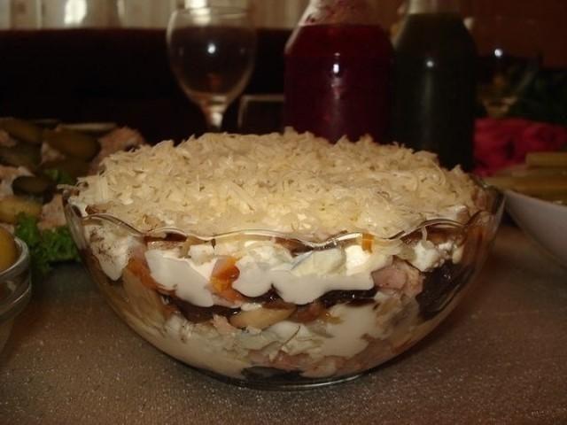 obaldennyj-salat-s-kuriczej-i-chernoslivom-ochen-prostoe-blyudo-s-garmonichnym-vkusom-1-1